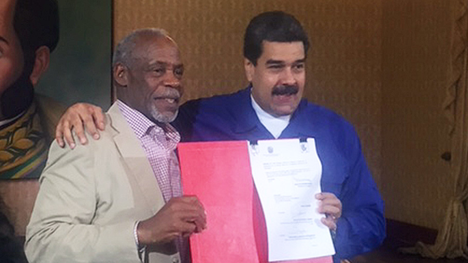 President Maduro and Danny Glover at the signing of the UN decree at the Casa Amarilla in Caracas.
