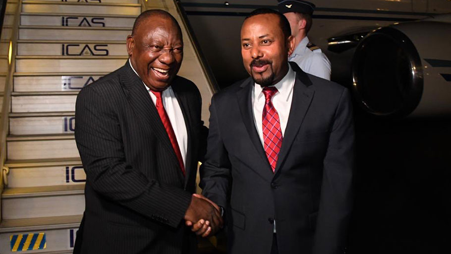 Incoming AU Pres. C. Ramaphosa (l) and outgoing Pres. A. Ahmed